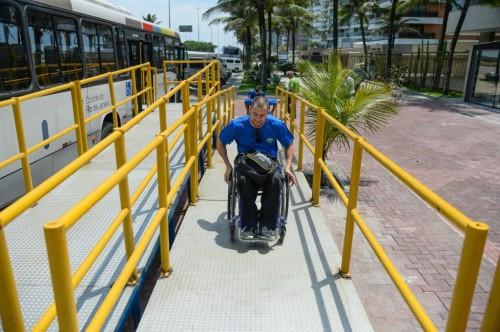 Atleta da equipe de rugby do Brasil acessa estação de BRT no Rio de Janeiro