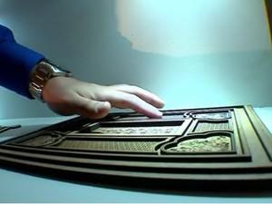detalhes-do-teto-foram-reproduzidos-em-placa-que-pode-ser-tocada-pelos-visitantes