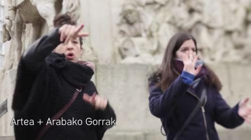 grupo-de-personas-sordomudas-acompanadas-por-una-interprete-del-lenguaje-de-signos