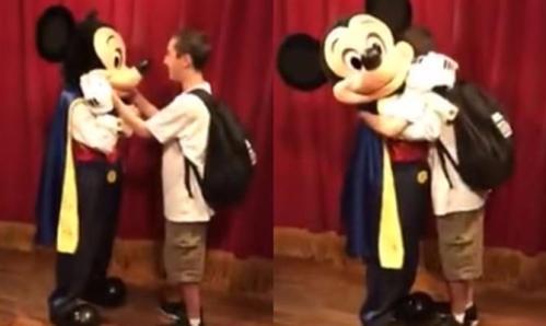imagens-de-basilio-santana-no-momento-em-que-conhece-mickey-mouse-no-magic-kingdom-estao-arrancando-suspiros-emocionados-nas-redes-sociais