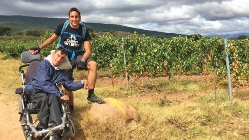 los-peregrinos-cambian-su-ruta-para-viajar-con-oliver-y-su-hermano-paraplegico