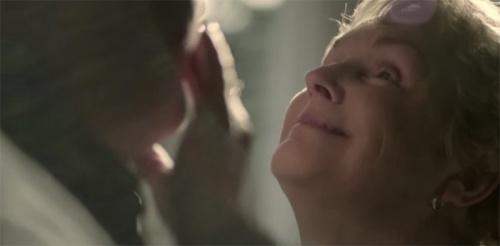 mulher-cega-tateia-o-parceiro-como-forma-de-carinho-e-reconhecimento-corporal