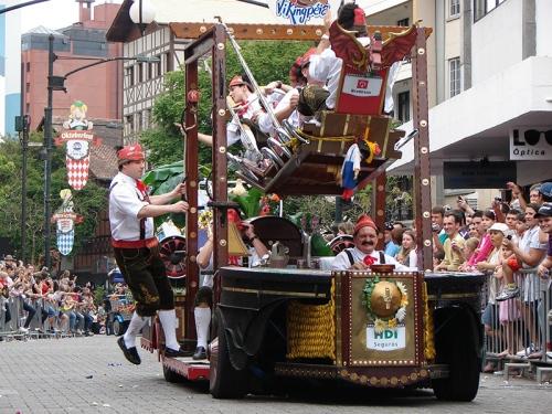 o-desfile-da-oktoberfest-acontece-desde-as-primeiras-edicoes-e-tornou-se-um-dos-principais-atrativos-da-festa