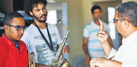 o-musico-e-pedagogo-carlos-alberto-desenvolveu-um-metodo-especial-para-ensinar-musica-a-surdos-onde-cada-vibracao-e-associada-a-uma-nota-musical