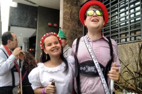 talita-bolduan-e-michel-kleinschmidt-deficientes-visuais-que-desfilaram-pela-primeira-vez-na-oktoberfest-e-contaram-com-o-auxilio-da-audiodescricao
