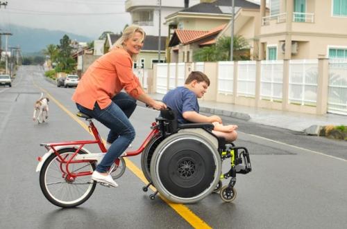 acoplada-a-cadeira-de-rodas-de-gustavo-pais-conduzem-o-filho-em-uma-bike-pelas-ruas-de-jaragua-do-sul