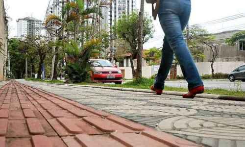 calcamento-com-piso-tatil-muitas-vezes-e-mal-instalado-guinado-o-deficiente-visual-a-obstaculos