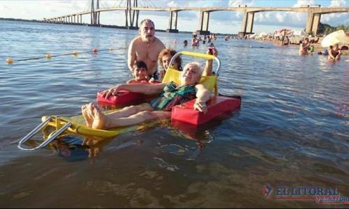 experiencia-inclusiva-sillas-anfibias-para-que-los-discapacitados-motrices-puedan-disfrutar-del-agua-en-las-playas-locales