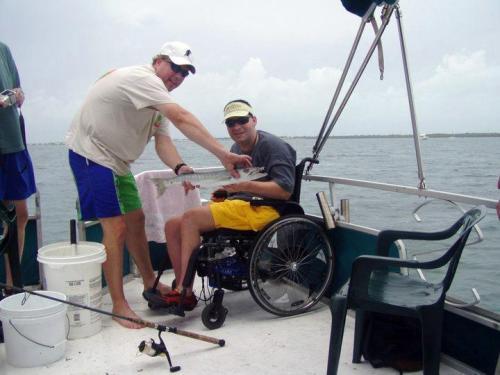 Especial-para-o-tempo-capt-mick-nealey-desfrutando-um-dia-de-pesca-com-um-de-seu-fisicamente-desafiado-clientes