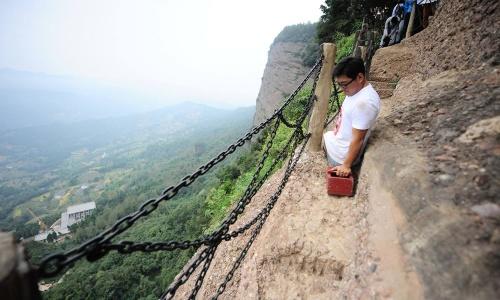 chen-zhou-perdeu-as-pernas-depois-de-cair-de-um-trem-com-13-anos-mas-se-esforcou-e-com-sucesso-conquistou-cinco-montanhas-da-china