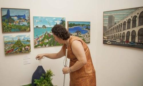 daniela-durante-visita-a-exposicao-tatil-do-museu-internacional-de-arte-naif-analice-paron