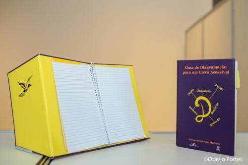 o-livro-possui-ainda-uma-especie-de-sobrecapa-que-possibilita-que-ele-fique-apoiado-de-pe-numa-inclinacao-de-20o