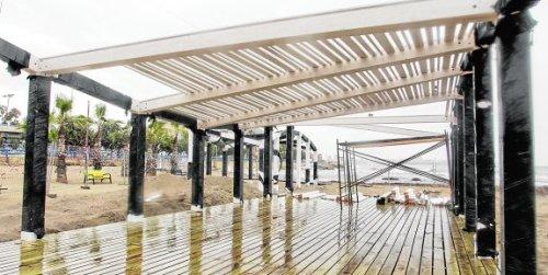 Estructura que se está instalando en la playa del Postiguet para turistas con discapacidad