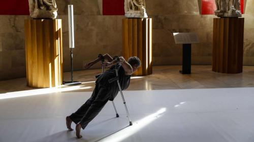 la-bailarina-escocesa-claire-cunningham-una-de-las-artistas-discapacitadas-mas-reconocidas-durante-la-actuacion-que-ha-ofrecido-en-el-museo-del-prado