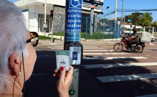 maria-terezinha-sanches-70-utiliza-semaforo-em-curitiba-no-parana-com-um-cartao-ela-consegue-ampliar-o-tempo-de-travessia