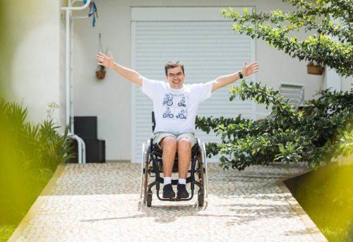Ex-secretário de turismo do DF, Tavinho está sobre uma cadeira de rodas. Após cair do telhado de casa, ele reaprende e ensina a viver